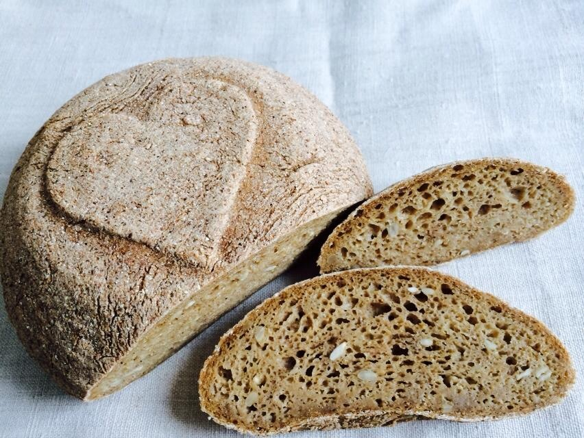 po-com-tuzia-zeny-domaci-razny-kvaskovy-chlieb