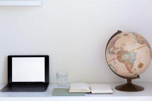 home_office_notebook_zošiť_glóbus_dekorácia
